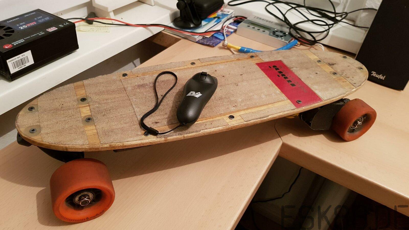 Pocketboard ist fertig, alter vesc mit neuer FW und der Maytech Remote Kontroller. Das alte leichte Deck dran für minimale Grösse und Gewicht. 3,38 Kg